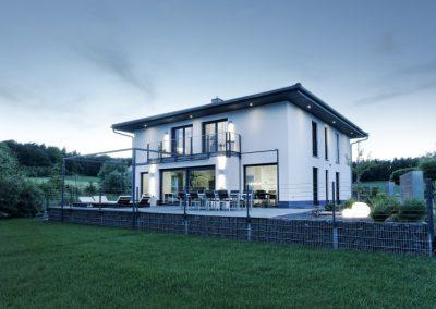 Landhaus mit Holz-Alu Fenstern dunkelgrau
